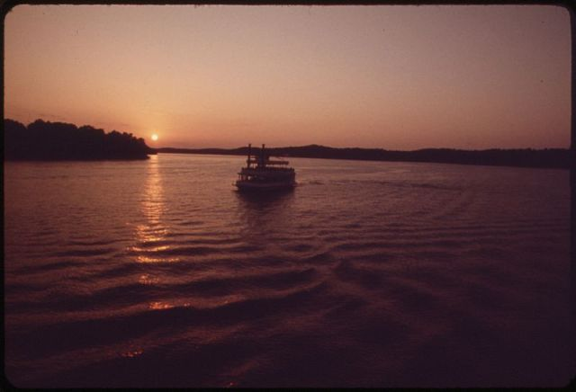 800px-EXCURSION_BOAT_-TOM_SAWYER-_CRUISES_ON_THE_MAIN_OSAGE_ARM_OF_LAKE_OF_THE_OZARKS_-_NARA_-_551215